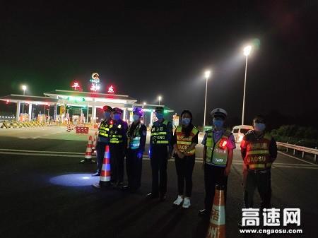 广西高速公路发展中心玉林分中心平南大队协助运营公司在辖区收费站开展收费系统实车测试工作