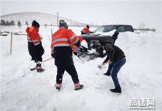 大雪天气孕妇临产 养护顶雪前进救助