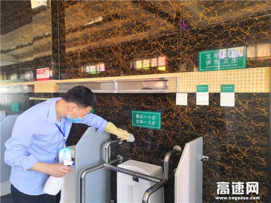 山西交通实业运城分公司绛县停车区齐心清理卫生死角 助力环境大提升