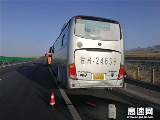 甘肃武威清障救援大队快速处置高速抛锚大客车