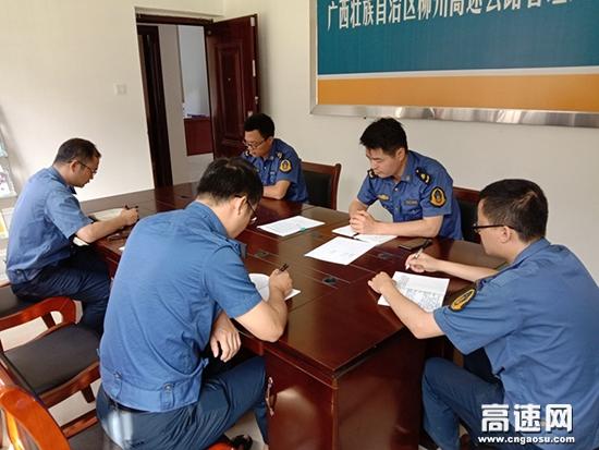 """广西:柳州分中心东兰大队多举措扎实开展""""路政宣传月""""活动"""