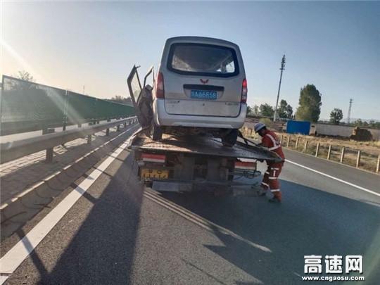甘肃武威清障救援大队快速处置一起面包车撞护栏事故