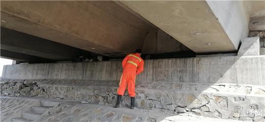 内蒙古公路阿拉坦额莫勒公路养护管理所开展道路经常性检查工作