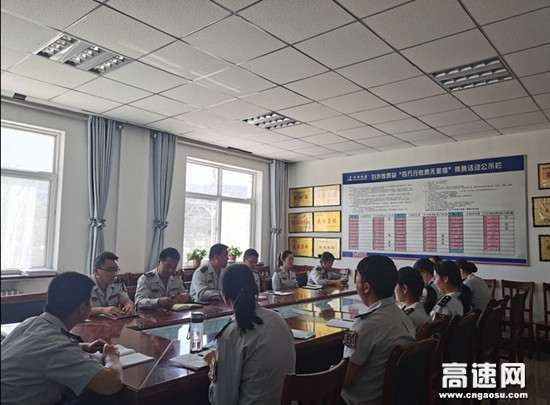 甘肃泾川所白水收费站组织职工学习通行费移动支付操作流程