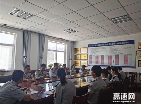 甘肃泾川所白水收费站组织职工学习通行费移动支付操作流程