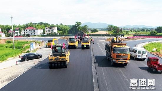 江西省安�?h瓜���l至�魈锕�路新建工程路面工程完工