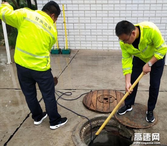 甘肃泾川西收费站开展汛期防汛减灾工作