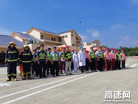 广西高速公路玉林分中心联合多部门开展小车自燃危险及危化品运输车辆事故应急救援演练