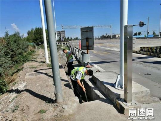 甘肃黄羊收费站全力做好雨天高速公路保通保畅工作