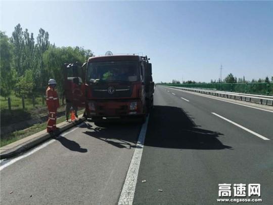 甘肃武威清障救援大队快速处置一起两车追尾事故