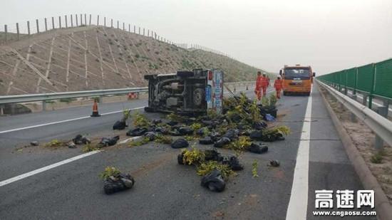 甘肃高速武威清障救援大队快速处置一起车辆侧翻事故
