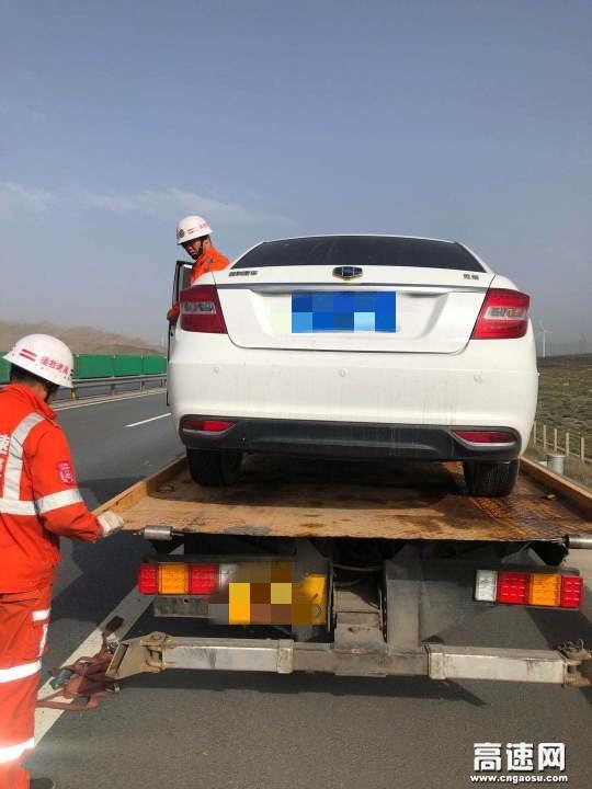 甘肃武威清障救援大队快速处置一起小车追尾货车追尾事故