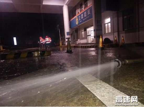 湖北高速黄黄支队第三大队暴雨致界子墩治超站内发生内涝路政及时高效消除险情