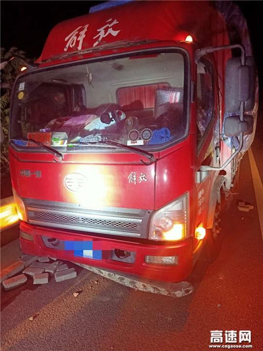 甘肃武威救援大队快速处置货车撞护栏事故