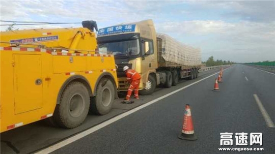 甘肃武威清障救援大队紧急处置一起货车撞护栏事故