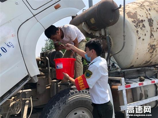 河北沧廊(京沪)高速收费站志愿者热情帮助水温过高的货车打水降温