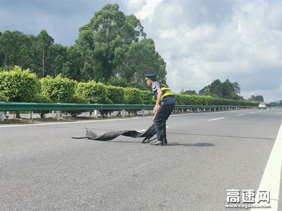 广西高速公路玉林分中心博白大队及时清理行车道上轮胎皮营造安全畅通高速行车环境