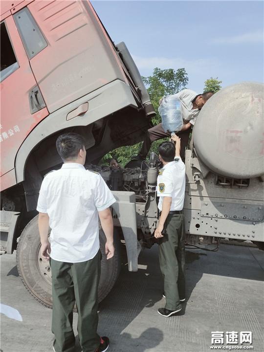 """炎炎夏日货车高速路上""""开锅""""志愿者为司机解困"""
