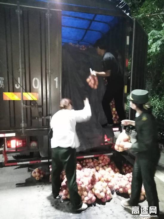 河北沧廊(京沪)高速姚官屯收费站志愿者帮助司机整理散落一地的货物