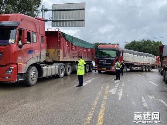 甘肃泾川所长庆桥收费站雨天分流保畅确保车辆安全有序通行