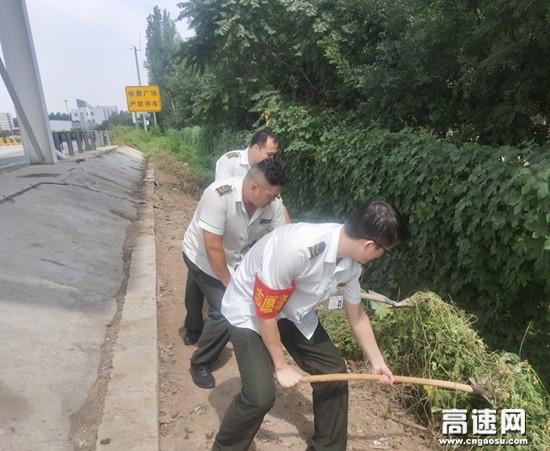 河北高速沧廊(京沪)木门店收费站清理疏通边沟