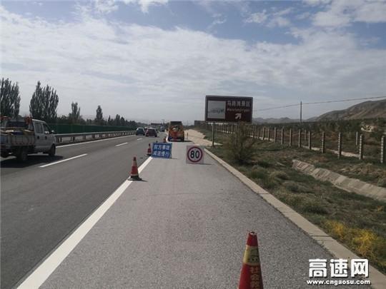 大客车抛锚高速 甘肃省武威救援大队快速出动保安全