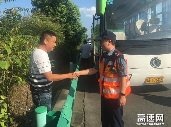 湖北汉十支队第二大队客车高温天突发故障路政人员及时解困