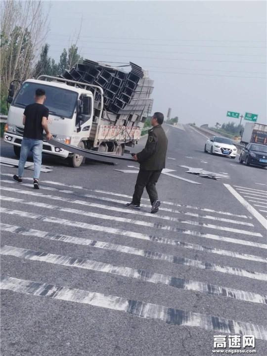河北沧廊(京沪)高速姚官屯收费站志愿者助力司机重装货物