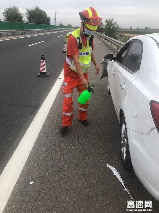 甘肃省武威救援大队快速处置一起小车撞护栏事故