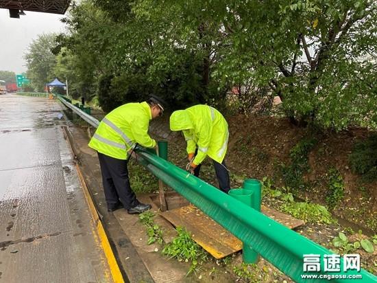 甘肃高速泾川所长庆桥收费站积极做好防汛救灾工作