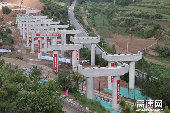 福建路桥公司延崇高速赤城支线大岭堡大桥实现半幅贯通