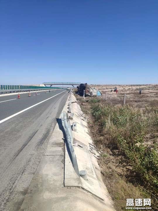 甘肃高速武威清障救援大队紧急处置一起半挂车冲出路基事故