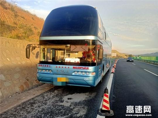 甘肃高速武威清障救援大队快速处置高速抛锚大客车
