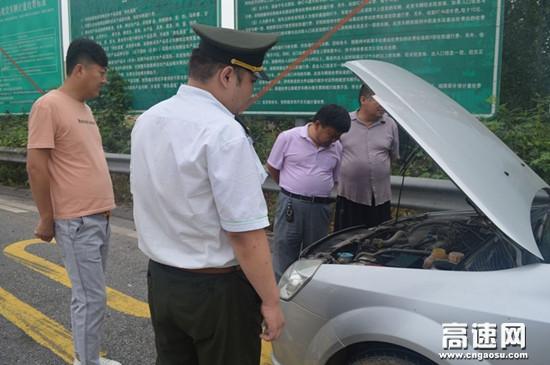 河北沧廊(京沪)高速姚官屯收费站帮助司机修车传递爱心正能量