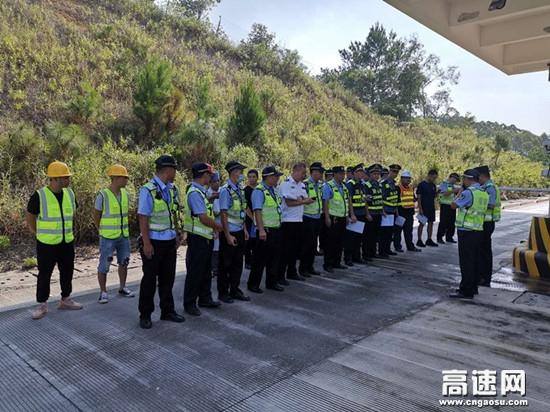广西玉林高速公路浦北路政执法大队联合县公安局、县生态环境局等部门开展高速公路交通阻断事故应急演练