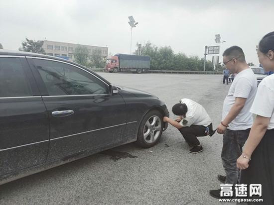 """河北沧廊(京沪)高速开发区收费站 车体""""异响""""引关注助力司乘平安归"""