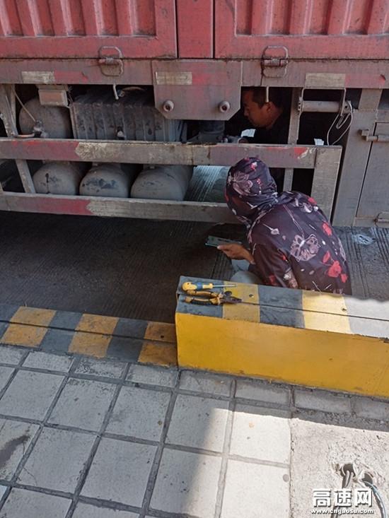 车辆挂挡失效收费站为司机排忧解难