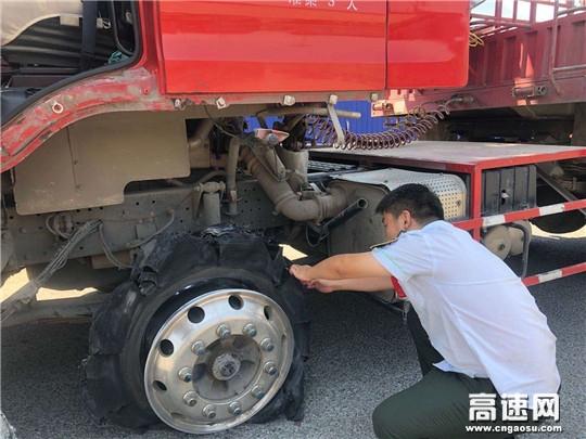 货车严重爆胎急坏司机 收费员热心帮忙