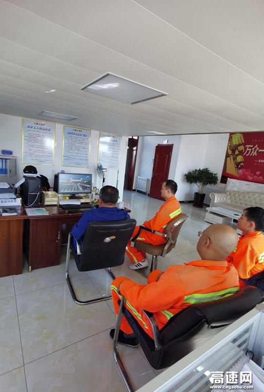 内蒙古阿拉坦额莫勒公路养护所组织职工观看《习近平等向抗战烈士敬献花篮》