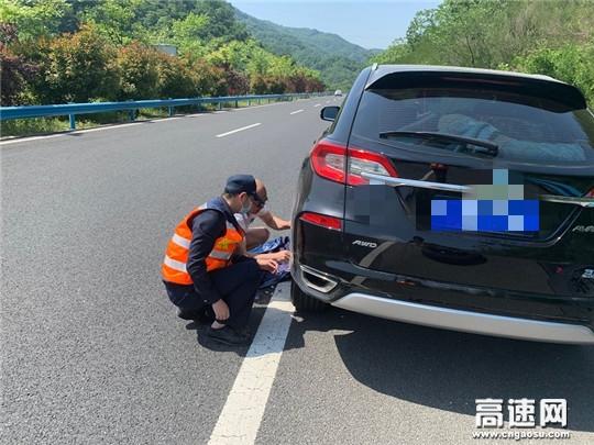 湖北高速路政汉十支队谷竹第一大队巡查人员化身暖心车辆修理工