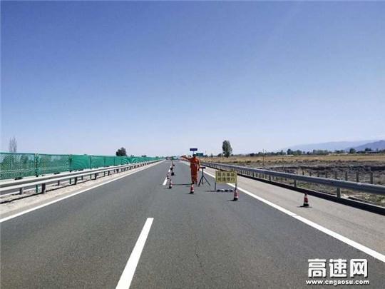 甘肃高速武威清障救援大队快速处置一起货车侧翻事故