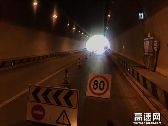 甘肃高速武威清障救援大队快速处置乌鞘岭隧道口故障车辆