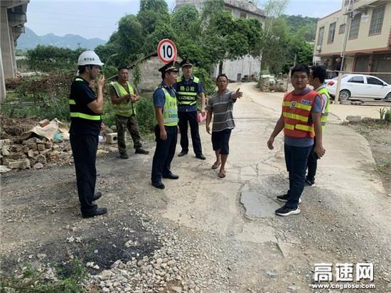 广西高速公路发展中心百色分中心平果路政执法二大队宣传整治并举净化桥下空间