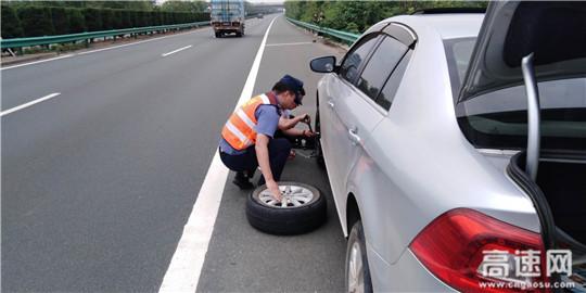 湖北高速汉十支队武荆第一大队帮助司乘换轮胎为民解难暖人心