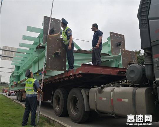 广西高速公路发展中心南宁分中心武鸣路政执法大队强化大件运输车辆核查力度