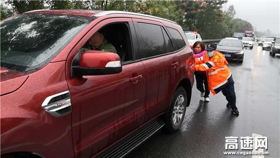 湖北汉十支队第二大队回家路上遇窘境 路政救援获好评