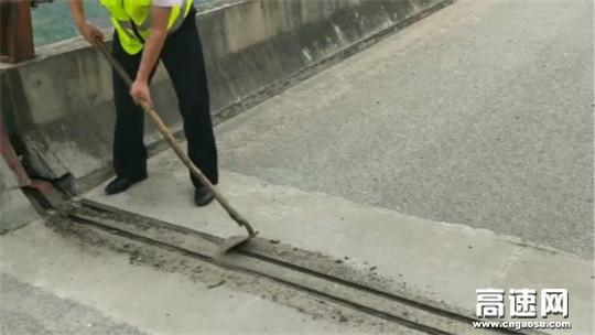 陕西高速集团西汉分公司宁陕管理所变废为宝自制桥梁伸缩缝日常清理工具