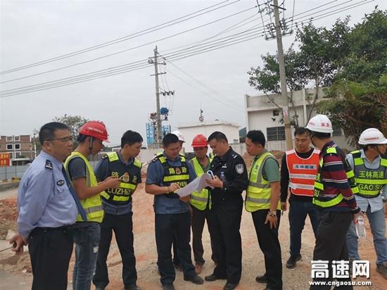 广西玉林高速公路博白大队联合多部门察看指导旺茂收费站扩建工程