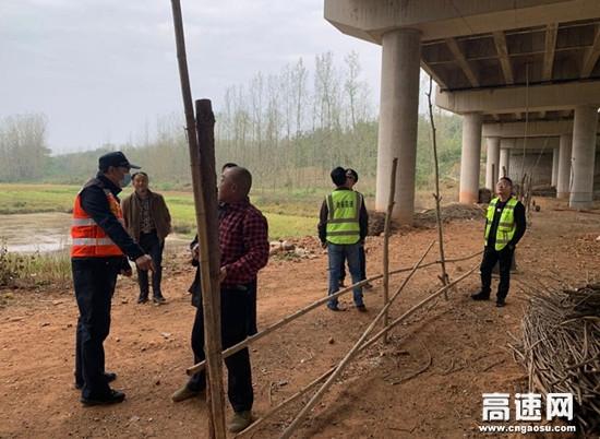 湖北高速路政汉十支队谷竹第一大队成功依法拆除桥下空间违法构筑物
