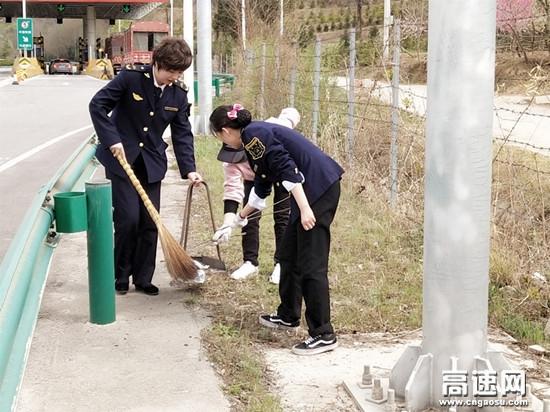 甘肃高速泾川所泾川西收费站坚持路域环境整治不松懈